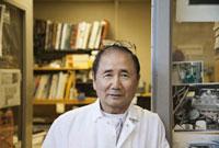 Japanese mechanic standing in office doorway 11018032707| 写真素材・ストックフォト・画像・イラスト素材|アマナイメージズ