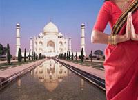 Indian woman in traditional clothing near the Taj Mahal 11018033532| 写真素材・ストックフォト・画像・イラスト素材|アマナイメージズ