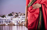 Indian woman in traditional clothing on waterfront 11018033575| 写真素材・ストックフォト・画像・イラスト素材|アマナイメージズ