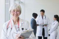 Mixed race doctor holding medical chart 11018033676| 写真素材・ストックフォト・画像・イラスト素材|アマナイメージズ
