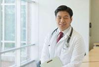 Chinese doctor holding medical chart 11018033678| 写真素材・ストックフォト・画像・イラスト素材|アマナイメージズ