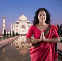 Indian woman in traditional clothing near the Taj Mahal 11018033747| 写真素材・ストックフォト・画像・イラスト素材|アマナイメージズ