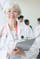 Mixed race doctor holding medical chart 11018033813| 写真素材・ストックフォト・画像・イラスト素材|アマナイメージズ