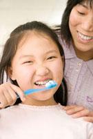 Chinese mother watching daughter brush teeth 11018033838  写真素材・ストックフォト・画像・イラスト素材 アマナイメージズ