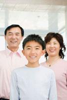 Chinese family smiling 11018033839  写真素材・ストックフォト・画像・イラスト素材 アマナイメージズ