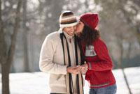 Man giving girlfriend engagement ring 11018034193  写真素材・ストックフォト・画像・イラスト素材 アマナイメージズ