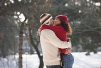 Couple hugging in snow covered area 11018034194  写真素材・ストックフォト・画像・イラスト素材 アマナイメージズ