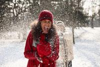 Couple having snowball fight 11018034195  写真素材・ストックフォト・画像・イラスト素材 アマナイメージズ