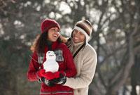 Couple making small snowman 11018034196  写真素材・ストックフォト・画像・イラスト素材 アマナイメージズ