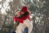 Man giving girlfriend a piggyback ride 11018034197  写真素材・ストックフォト・画像・イラスト素材 アマナイメージズ
