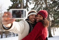 Couple taking self-portrait outdoors 11018034199  写真素材・ストックフォト・画像・イラスト素材 アマナイメージズ
