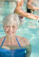 Mixed race woman enjoying swimming pool 11018035259| 写真素材・ストックフォト・画像・イラスト素材|アマナイメージズ