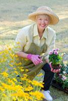 Mixed race woman working in garden 11018035260| 写真素材・ストックフォト・画像・イラスト素材|アマナイメージズ