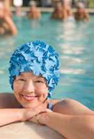 Mixed race woman in swimming pool wearing retro swimming cap 11018035265| 写真素材・ストックフォト・画像・イラスト素材|アマナイメージズ