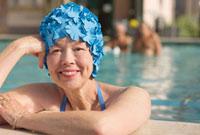 Mixed race woman in swimming pool wearing retro swimming cap 11018035266| 写真素材・ストックフォト・画像・イラスト素材|アマナイメージズ
