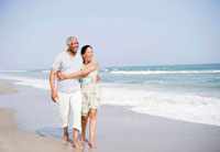 Black couple enjoying beach together 11018035521| 写真素材・ストックフォト・画像・イラスト素材|アマナイメージズ