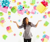African American woman with falling birthday presents 11018035954| 写真素材・ストックフォト・画像・イラスト素材|アマナイメージズ