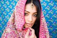 Indian woman in glamorous traditional clothing 11018036409| 写真素材・ストックフォト・画像・イラスト素材|アマナイメージズ