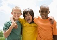 Smiling boys hugging outdoors 11018036943| 写真素材・ストックフォト・画像・イラスト素材|アマナイメージズ