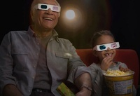 Grandfather and granddaughter watching 3-D movie in theater 11018037864| 写真素材・ストックフォト・画像・イラスト素材|アマナイメージズ