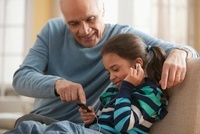 Grandfather and granddaughter listening to music together 11018037870| 写真素材・ストックフォト・画像・イラスト素材|アマナイメージズ