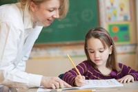 Teacher helping Caucasian girl studying in classroom 11018039831| 写真素材・ストックフォト・画像・イラスト素材|アマナイメージズ