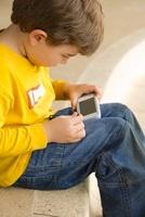 Hispanic boy playing video game 11018042005| 写真素材・ストックフォト・画像・イラスト素材|アマナイメージズ