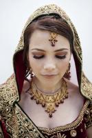 Caucasian woman in traditional Indian wedding clothing 11018042087| 写真素材・ストックフォト・画像・イラスト素材|アマナイメージズ