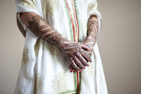 Caucasian woman with traditional Indian wedding clothing and 11018042091| 写真素材・ストックフォト・画像・イラスト素材|アマナイメージズ