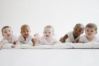 Babies laying on floor together 11018042183| 写真素材・ストックフォト・画像・イラスト素材|アマナイメージズ