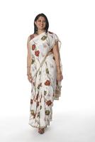 Smiling Indian woman in traditional clothing 11018042565| 写真素材・ストックフォト・画像・イラスト素材|アマナイメージズ