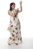 Smiling Indian woman in traditional clothing with arms raise 11018042566| 写真素材・ストックフォト・画像・イラスト素材|アマナイメージズ
