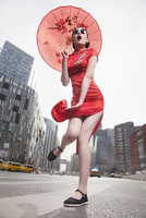 Glamorous Chinese woman in traditional clothing with parasol 11018042914| 写真素材・ストックフォト・画像・イラスト素材|アマナイメージズ