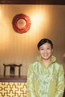 Chinese woman wearing traditional clothes 11018043084| 写真素材・ストックフォト・画像・イラスト素材|アマナイメージズ