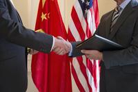 Caucasian businessmen shaking hands  11018043527| 写真素材・ストックフォト・画像・イラスト素材|アマナイメージズ