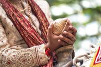 Indian groom holding coconut 11018043582| 写真素材・ストックフォト・画像・イラスト素材|アマナイメージズ