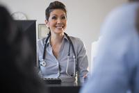 Doctor talking to clients in office 11018044251| 写真素材・ストックフォト・画像・イラスト素材|アマナイメージズ