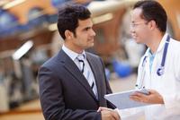 Hispanic doctor and businessman shaking hands 11018044749| 写真素材・ストックフォト・画像・イラスト素材|アマナイメージズ
