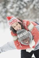 Black couple playing in snow 11018048836  写真素材・ストックフォト・画像・イラスト素材 アマナイメージズ
