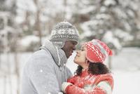 Black couple hugging in snow 11018048839  写真素材・ストックフォト・画像・イラスト素材 アマナイメージズ