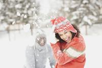 Black couple playing in snow 11018048840  写真素材・ストックフォト・画像・イラスト素材 アマナイメージズ