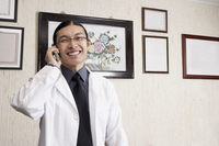 Mixed race doctor smiling in office 11018049049| 写真素材・ストックフォト・画像・イラスト素材|アマナイメージズ