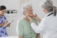 Doctor examining patient's glands in office 11018049229| 写真素材・ストックフォト・画像・イラスト素材|アマナイメージズ
