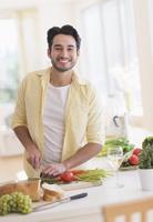 Mixed race man cooking in kitchen 11018049386  写真素材・ストックフォト・画像・イラスト素材 アマナイメージズ