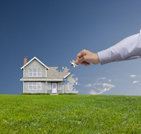 Caucasian businessman building house with puzzle pieces 11018049407| 写真素材・ストックフォト・画像・イラスト素材|アマナイメージズ
