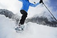 Caucasian woman snow shoeing 11018049583| 写真素材・ストックフォト・画像・イラスト素材|アマナイメージズ