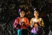 Asian girls holding candles in temple 11018049594| 写真素材・ストックフォト・画像・イラスト素材|アマナイメージズ