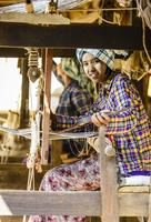 Asian girl weaving fabric 11018049596| 写真素材・ストックフォト・画像・イラスト素材|アマナイメージズ