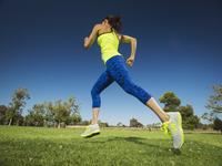 Mixed race woman jogging in park 11018049786| 写真素材・ストックフォト・画像・イラスト素材|アマナイメージズ