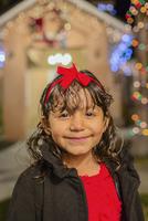 Hispanic girl smiling outside house decorated with string lights 11018050141| 写真素材・ストックフォト・画像・イラスト素材|アマナイメージズ